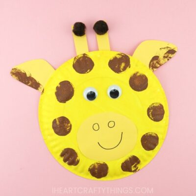 A simple way for kids to create a paper plate giraffe craft. Fun animal crafts after visiting the zoo, summer kids craft and paper plate craft.