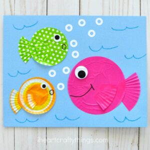 Use left over cupcake liners to make this fun fish kids craft. Great summer kids craft, cupcake liner crafts, fish craft for kids and ocean crafts for kids.