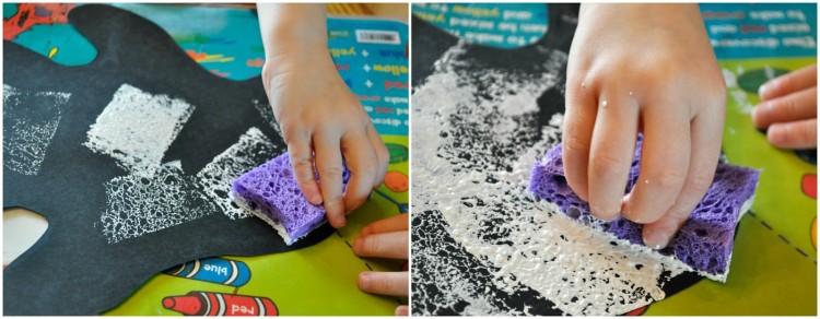 Zwei Bildcollage, die ein Kind zeigt, das eine schwarze Papiergeistschablone mit einem Schwamm malt, der in weiße Farbe getaucht wird.