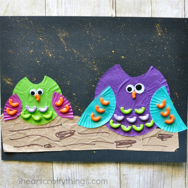 This cupcake liner pasta owl craft combines several different textures and mediums making it a fantastic craft for kids of all ages. Great bird craft for kids, summer kids craft, cupcake liner craft, fall kids craft and book inspired craft for kids.