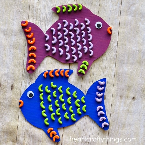 Elbows Macaroni Pasta is the perfect shape for making a fun and colorful pasta fish craft for kids. Great ocean kids craft and summer kids craft.