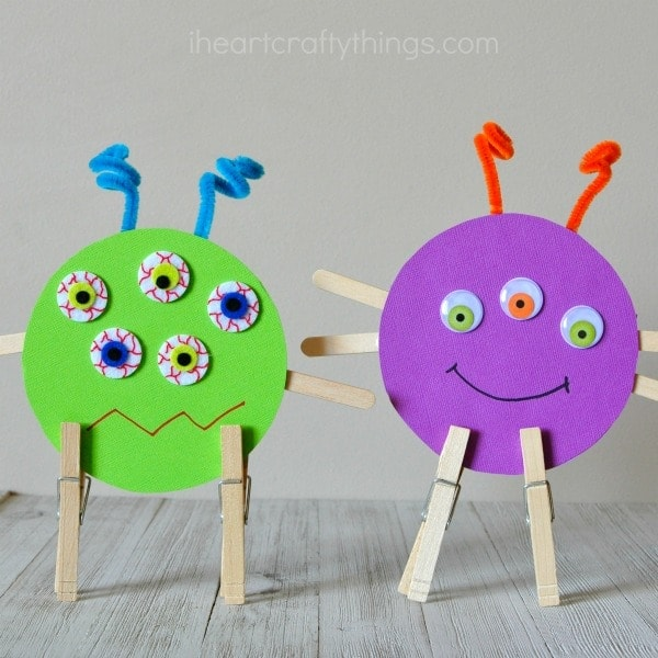 This recycled CD monster craft is perfect as a Halloween craft but it can also be made year round when coupled with a monster themed book. Fun Halloween kids craft, fall craft for kids and preschool craft.