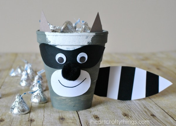 the-kissing-hand-raccoon-craft-4