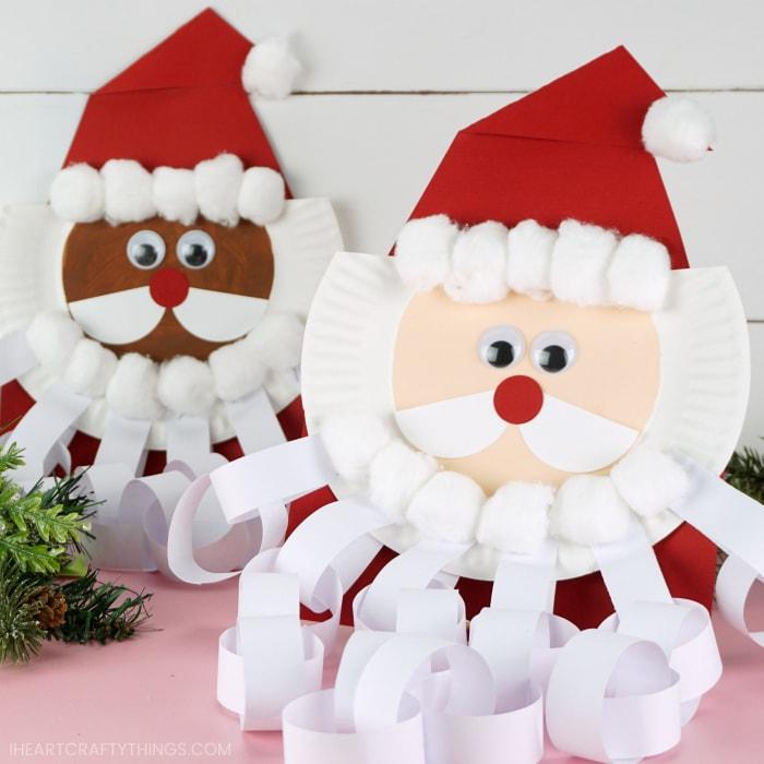 Quadratisches Bild von zwei Weihnachtsmann-Countdown-Handwerken mit Weihnachtsmannbart, eines im Fokus vor dem anderen, das nicht im Fokus ist.