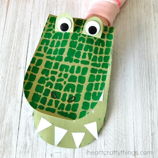 Kids will love creating and playing with these DIY alligator puppets. Fun kids craft, book inspired crafts and animal crafts for kids.