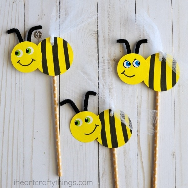 Cute and easy DIY Bee Puppets for kids. Fun insect craft for kids, spring kids craft, summer kids craft and bee craft for kids.