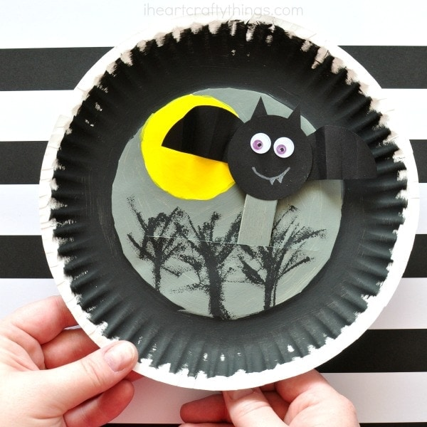 Fun and simple kids Halloween party ideas for classroom parties and neighborhood parties. Cute Halloween party snacks and Halloween crafts for kids.