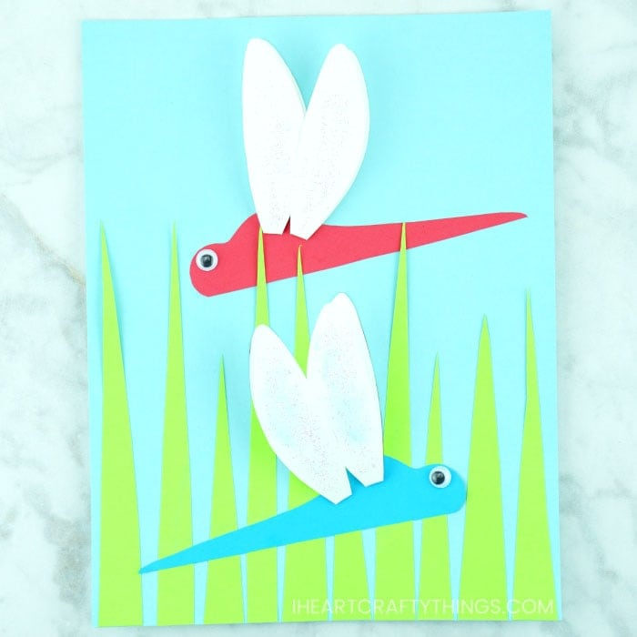 Learn how easy it is to make this simple paper dragonfly craft. Great spring craft or summer craft for kids. The wings pop off the page giving a fun 3D effect and glitter is added to make sparkly dragonfly wings. Fun paper crafts for kids.