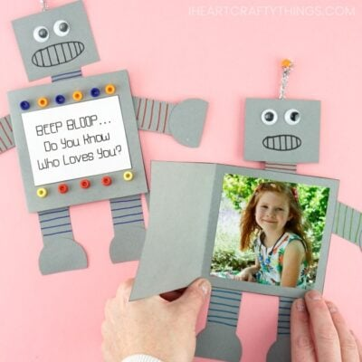 How to make a paper robot card for Father's Day, Mother's Day or any time of the year. Simple and easy Father's Day card for preschoolers and kids to make!