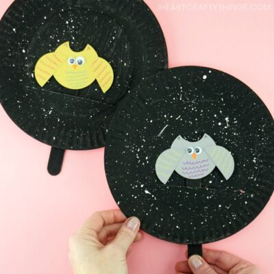 This fun make and play flying owl craft makes a great fall kids craft. Kids will love watching their owl fly around the starry night painted paper plate.