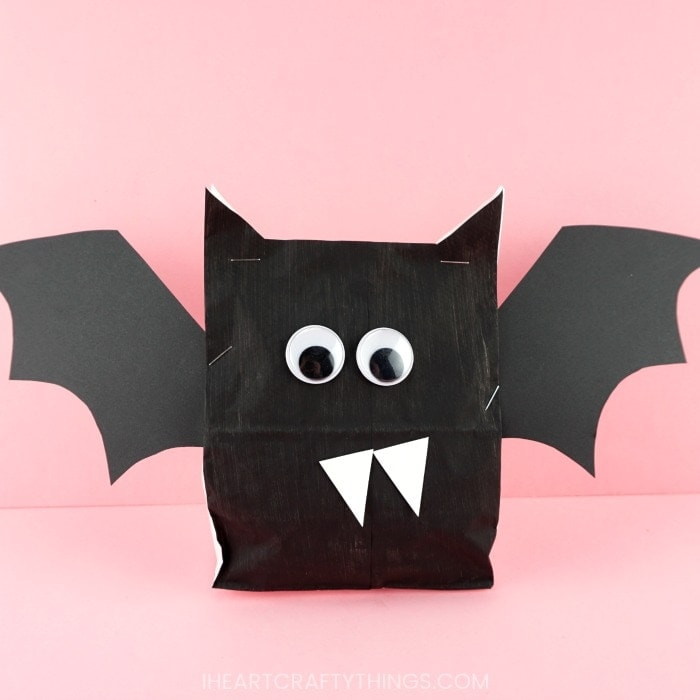 Kids will have a blast making these paper bag Halloween crafts! Fun and easy Halloween craft for kids. Paper bag witch, bat, Frankenstein, spider and ghost.